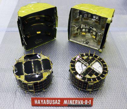 ミミズクやフクロウにちなんで「イブー」(左)と「アウル」と命名された小型探査ロボット(JAXA提供)