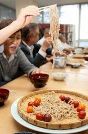 市田柿の皮を練り込んだうどんを試食する参加者ら