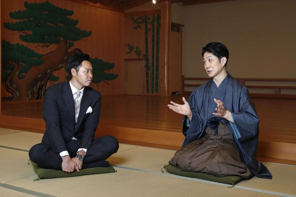 対談する野村萬斎さん(右)と北島康介さん