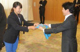 伊原木知事(右)から記念品を受け取る渋野選手