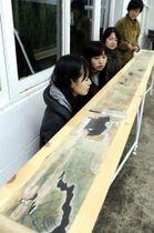 「尾道城」を題材にした絵巻を紹介する学生