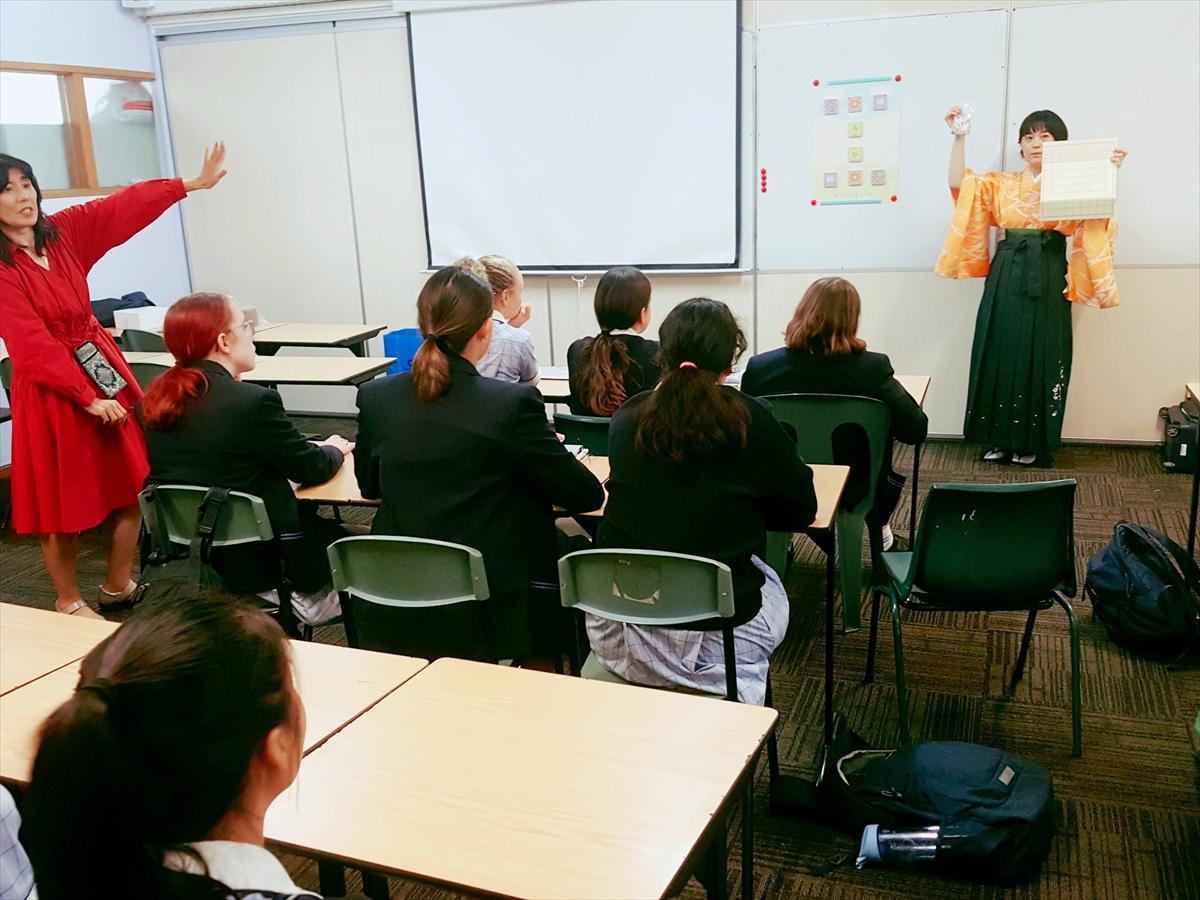 美樹先生の日本語クラスで将棋を紹介