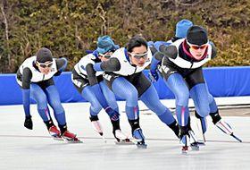 競技開始を前に、公式練習で氷の感触を確かめる本県の選手=郡山市・郡山スケート場