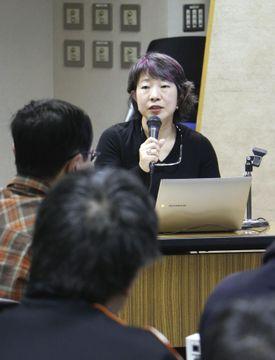 カラー映像が上映された講演会で話す日本カメラ財団の白山真理調査研究部長=9日午後、東京都千代田区の同財団