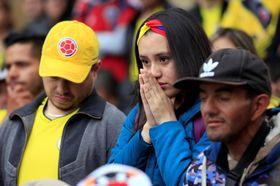 19日、コロンビアの首都ボゴタで日本戦を観戦するコロンビアの人々(ロイター=共同)