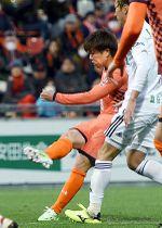 大宮―金沢 後半41分、大宮の嶋田が同点ゴールを決める