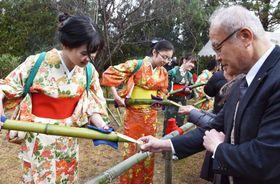 大安寺の「笹酒祭り」で、竹筒に入った酒を参拝客に振る舞う「笹娘」=23日午前、奈良市
