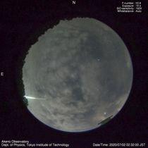 山梨県北杜市に設置された全天監視カメラが捉えた「火球」の軌跡(左下)=2日未明(河合誠之東京工業大教授提供)