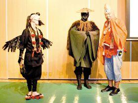 妖怪について解説する荒俣宏さん(右)=所沢市上安松の市保健センター