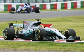 予選でポールポジションを獲得したメルセデスのルイス・ハミルトン=鈴鹿サーキット