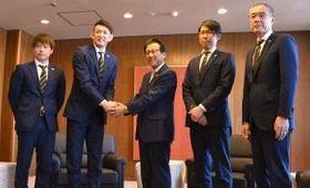 秋元市長(中央)に来季の躍進を誓った(左から)レバンガの多嶋主将、折茂代表、横田陽最高経営責任者、内海HC