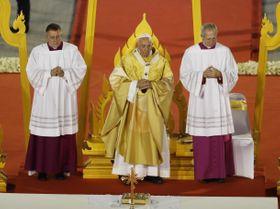 21日、タイの首都バンコクの国立競技場でミサを執り行うローマ教皇フランシスコ(中央)(AP=共同)