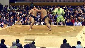 大勢の相撲ファンが詰めかけた直方もち吉場所