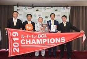岡部市長(中央)にシーズン終了を報告した栃木ゴールデンブレーブスの関係者