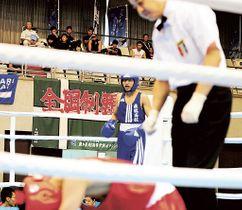 ボクシングピン級 8強入りした飛龍の大木彪楽(中央)=宮崎県の宮崎市総合体育館