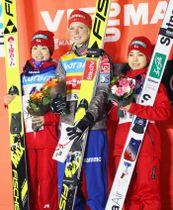 表彰式で笑顔の(左から)2位の伊藤有希、優勝したマーレン・ルンビ、3位の高梨沙羅=蔵王