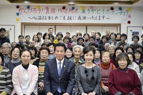 岡山県倉敷市真備町地区を訪れ、被災者と記念撮影する杉良太郎さん(中央左)と伍代夏子さん(同右)=15日