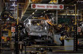 日産自動車の英中部サンダーランド工場の生産ライン=2019年10月(ロイター=共同)