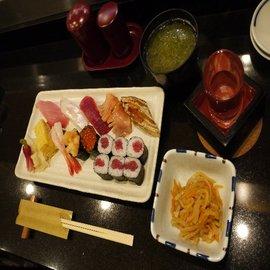 お一人様にうれしい夕食セットは1000円から。写真は人気の「いちょうセット」