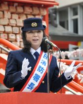 四谷消防署の一日署長を務めた歌手の八代亜紀さん=24日、東京都新宿区の花園神社