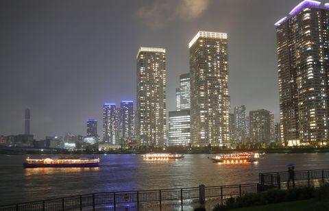 コロナ禍の収束を祈り、一斉にライトをつけた屋形船などの観光船=9日夜、東京・豊洲沖