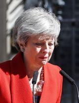 24日、ロンドンの首相官邸前で与党保守党の党首を辞任すると表明した英国のメイ首相(AP=共同)