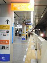 小田急下北沢駅地下1階ホーム。急行に乗り換える客はオレンジ色の表示に従って地下2階へ
