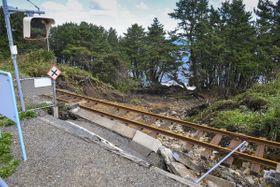 ホームの基礎部分と盛り土が崩落し、宙づりになった線路=15日午前10時45分ごろ、洋野町のJR八戸線陸中中野駅