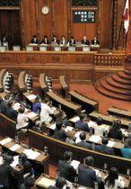 改正薬害肝炎救済法を全会一致で可決、成立した参院本会議=8日午前