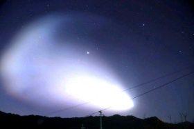 夜明け前の空を明るく覆った「夜光雲」=18日午前6時から同6時半ごろ、大分市野津原で撮影(奈須栄一さん提供)