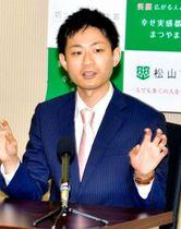 会見でショートショートの魅力や応募作品への期待を語る田丸雅智さん=23日午前、松山市役所