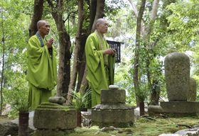渡海上人を供養する僧侶=17日、和歌山県那智勝浦町