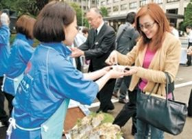 <宮城産カキ>今季のカキは実たっぷり 県庁前で試食会