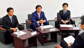 宮崎市長選に立候補を予定している(右から)清山知憲氏、伊東芳郎氏、戸敷正氏が意見を交わした座談会=17日午後、宮崎市・宮日会館