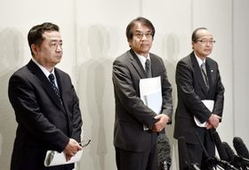 会議終了後、取材に応じる(左から)臼井伸之介大阪大大学院教授と安部誠治関西大教授ら=23日午後、大阪市