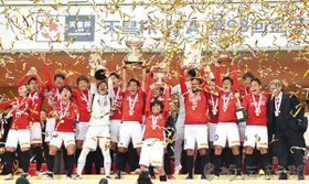 12大会ぶりの優勝を飾り、天皇杯を掲げて喜ぶ浦和の選手ら=9日、埼玉スタジアム