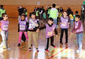ドッヂビーを楽しむ日米の子どもたち=西海市、大瀬戸総合運動公園体育館