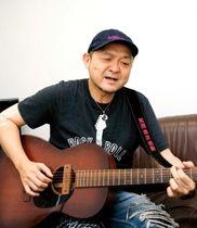 「今は大手のレコード会社と契約してないので、CDは全て手売り」という松本隆博。インタビュー後、オリジナル曲を熱唱