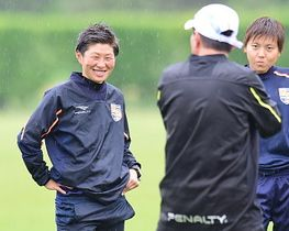 練習で笑顔を見せる横山久美選手(左)=14日、長野市屋島