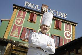 フランス・リヨン近郊の自身のレストラン前でポーズをとるポール・ボキューズ氏=2011年3月(AP=共同)
