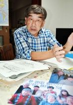 活動を振り返る東條健司さん。聞き取りメモや資料が700回の歩みを物語る=神戸市須磨区