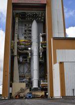 水星探査機の打ち上げ準備を進めるアリアン5ロケット=18日、仏領ギアナのクールー宇宙基地(共同)