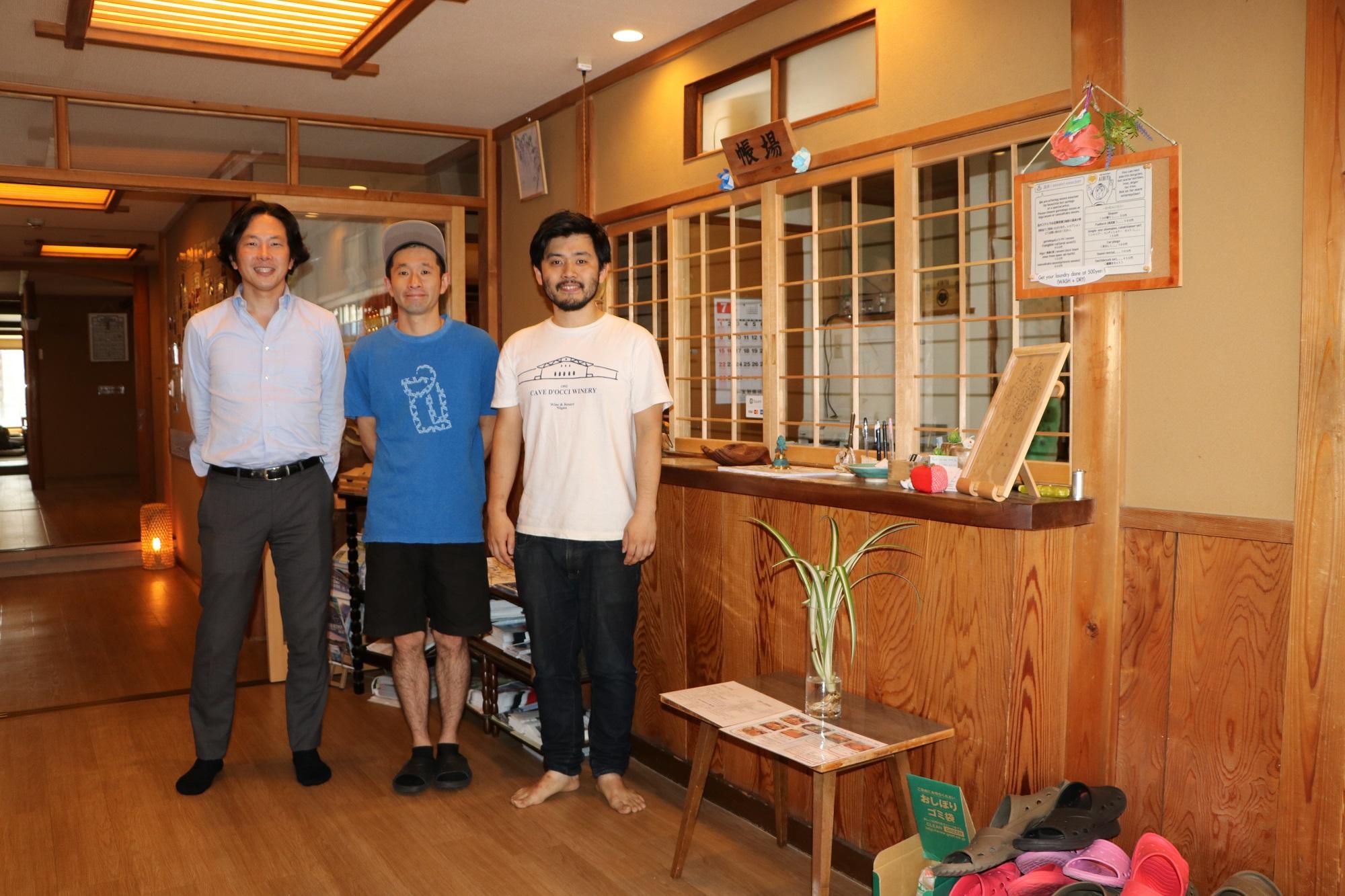 温泉街のにぎわい復活に挑むWAKUWAKUやまのうちの岡嘉紀社長(左)と西澤良樹さん(中)、君島登茂樹さん(右)=2018年7月、長野県山ノ内町