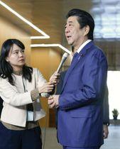 「桜を見る会」を巡り、記者の質問に答える安倍首相=15日午後、首相官邸