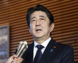 今年1年を表す漢字に「転」を選び、記者の質問に答える安倍首相=12日午後、首相官邸