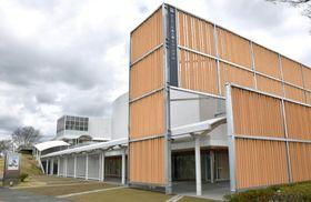 外壁に県産ヒノキを用いた「ふじのくに茶の都ミュージアム」=23日午前、静岡県島田市
