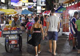 観光客らが行き交うバンコクのカオサン通り=3日(共同)