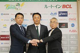 特別講師を務める宮本氏(中央)と田畑監督(左)、永森社長=高岡商工ビル