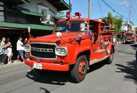9月、黒石市消防団観閲式で中町こみせ通りを走る「FS780型消防ポンプ車」