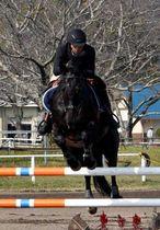 巧みに馬を操り、障害を跳び越える選手